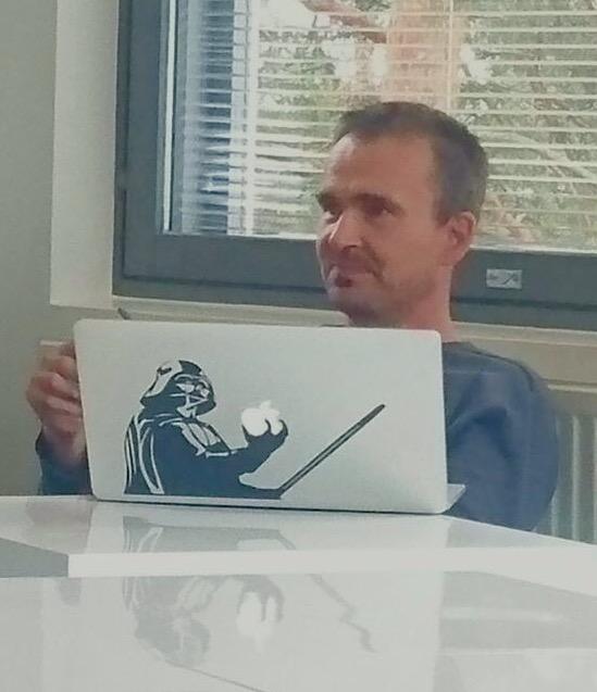 Vesa Hursti istumasa kannettavan tietokoneen takana